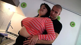 He fucks fat girlfriend from behind on the kitchen