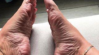 Amateur Foot Fetish Girlfriend Sucks and gives a Footjob