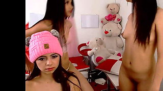 cuatro chicas jugando en web cam ..