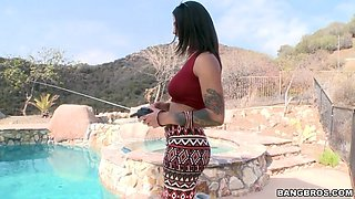 bonnie rotten plays a radio-controlled boat and shows us her curves