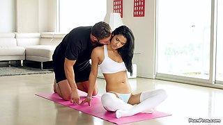 Slim brunette gets laid during her morning workout