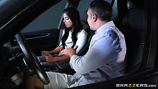 Gina Valentina attacks a guy in a car for a pounding session