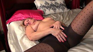 American milf Mary Wana pleasures her craving cunt