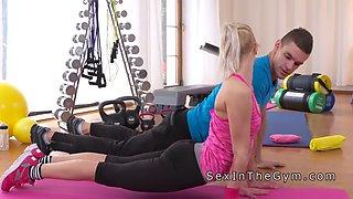 personal trainer gives besto workout for blonde