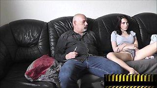 Daddy lackiert Tochter die Nagel