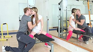 Skinny babe comes to the gym in a tight sport outfit
