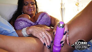 Kinky clit muscle babe rubs vib on her pussy