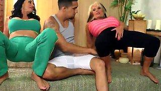 2 Gilfs fuck a yoga teacher (fast motion)