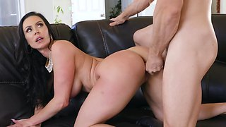 Unsatisfied housewife seduces delivery guy for quick fuck