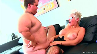 Chubby mature blonde MILF Alyson Queen fucked by a well hung midget