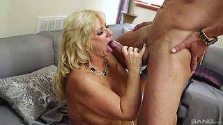 Blonde cougar Zena Rey knows what a young guy likes the most