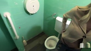 Lara De Santis - trombata a sorpresa in un bagno pubblico, sperma in faccia