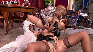 Three glamorous babes get on the floor to have a lesbian kind of fun