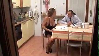 L'italienne se déshabile dans la cuisine et se fait longuement sodomiser